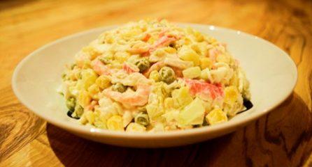 Салат из кальмаров, крабового мяса и свежей капусты
