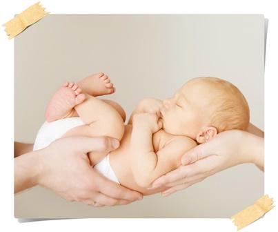 Новорожденный ребёнок на руках