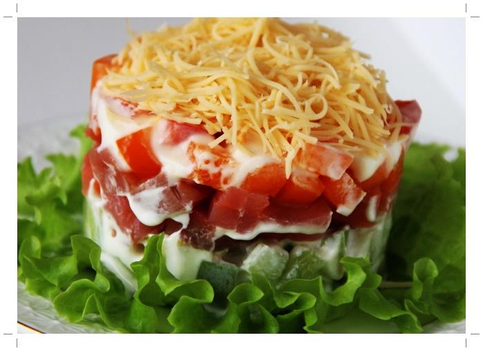Салат рыбный с соусом и овощами