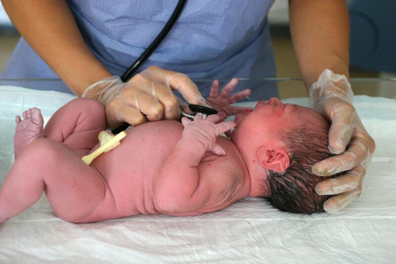 Обследование новорожденного в роддоме