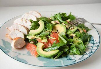 Салат из отварной куриной грудки авокадо и цитрусовыми