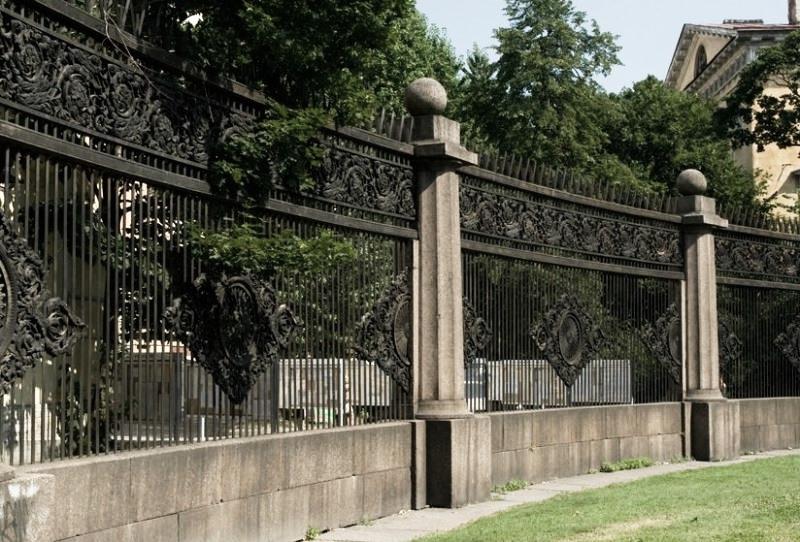 Воронихинский сквер в Санкт-Петербурге. Историческая достопримечательность Санкт-Петербурга